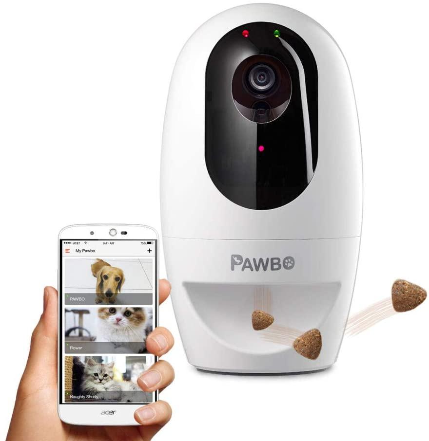dueño de perro vigilando a su mascota  y tirándole chuches a través de una cámara pawbo